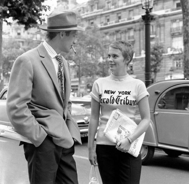 """Jean-Paul Belmondo et Jean Seberg qui vend des journaux dans la rue, dans le film de Jean-Luc Godard """"A Bout de souffle"""""""